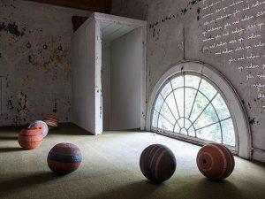 Planeter. 2016. Lertøj, terra-sigillata, glasur. 300x200x200 cm